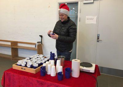 Viceskoleleder Lena Steen gør klar til kakao før fakkeloptoget